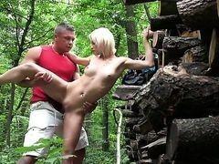Zazie Skymm позволяет парню выебать ее за лесным домиком