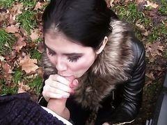 Милая девушка сосет хуй в лесу