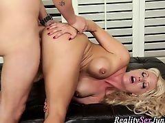 Шикарная порнозвезда трахается раком