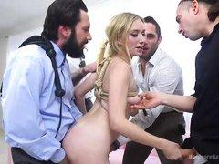 молодая стройная блондинка обслуживает сразу три хуя