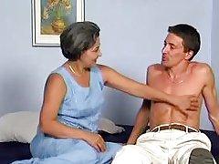 старушка с восторгом ласкает тело молодого любовника