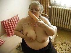 Седая волосатая бабуля и ее огромное дилдо