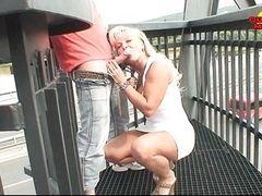 Зрелая блондинка облизывает и сосет хуй на открытом воздухе