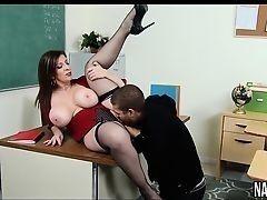Похотливая училка Sara Jay с массивными буферами трахается со студентом на столе