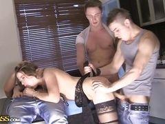Стефэни трахается жестко с тремя членами