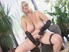 Полная зрелая блондинка трахает ее лысое влагалище