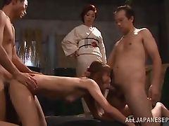 Госпожа гейша наблюдает, как раб шлюхи трахается