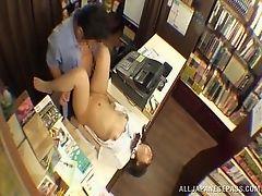 Учитель и студентка укрылись в библиотеке