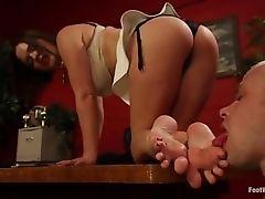 Она поклоняется ногам ее босса