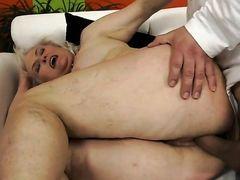 Молодой мужчина трахает старую толстуху с огромной жопой