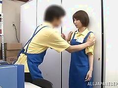 Японская пара становится непослушной и занимается сексом на работе