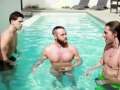 Три возбужденных парня встречаются в гостиничном номере