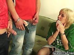 Непослушная бабушка любит молодые члены