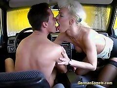 Немецкая мамочка, снятая для дикого автомобильного секса