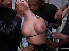 Беспомощная мамочка, трахнувшая бандой