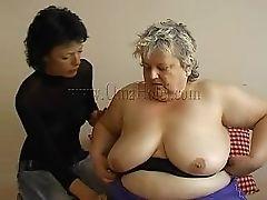 Толстая старая бабуля с ее новой подружкой.