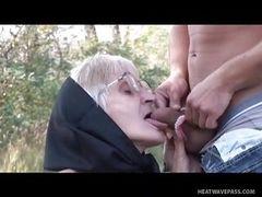 Старая бабка трахается с молодым человеком в лесу