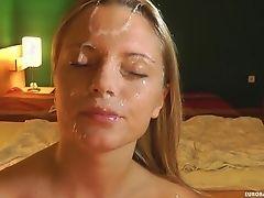 Горячие потоки спермы на ее лице и волосах