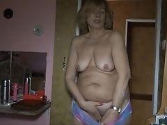 Старая лесбиянка трахается с дилдо