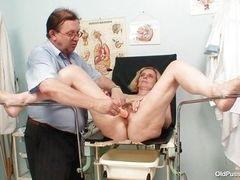 Старая Тамара проверила свою киску и дала гинекологу
